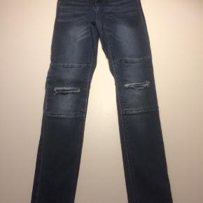 Fine bukser fra name it. Brugt få gange. Slid detalje på knæ men stof på bagsiden så der ikke er hul... Super fede...