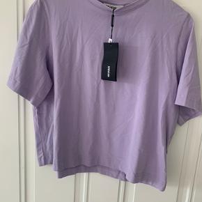 Helt ny t-shirt fra Weekday i en god, tyk bomuld og flot lavendelfarve. Nypris var 120kr. Byd 🌸