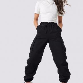 Sorte utility bukser med lommer på siden. Brugt en gang. Sælges da min numse ikke kan være i dem :)