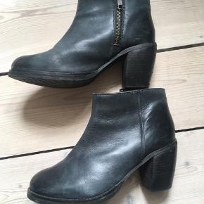 Ankelstøvletter i sortgrå imiteret skind. Str. 38 (lidt store i størrelsen).  Mærket hedder Complement.  Kan afhentes på Amager (ved Christmas Møllers Plads) eller sendes på købers regning.