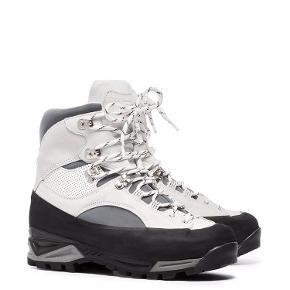 Super fine Sarai hiking boots fra Ganni x Diemme. Brugt en håndfuld gange og er som nye. Str.40 og lidt til den lille side. Nypris 3400.-  Bytter ikke og sælges for 1400.-pp.