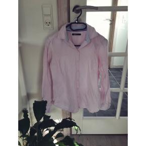 Nålestribet lyserød skjorte fra Gina Tricot. Brugt meget få gange og i perfekt stand.  Kan afhentes i Århus eller Vejle, eller sendes med DAO:)