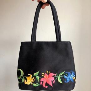 Fin sort/blomstret håndtaske købt i INA i New York.  Rigtig flot stand.  Kan sendes fra/afhentes på Nørrebro