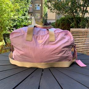 Lækker 55 liter taske Tasken har lidt pletter og misfarvninger Rem og nøgleholder medfølger