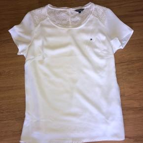 Helt ny smuk bluse fra Tommy Hilfiger  Aldrig brugt  Nypris er 500 kr