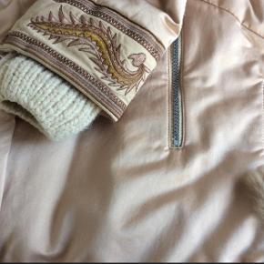 Flot velholdt jakke. Der mangler lidt kaninpels ved lynlås.  Betaling via mobilepay🌸