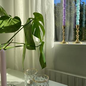 Hånddrejede lys laves i næsten alle farver! Send en privatbesked med dine ønskede farver, så finder vi ud af det✨De er så smukke og er med til at pifte hjemmet op og gøre det hyggeligt i disse mørke tider.😌  Køb et for 15kr og tre for 40kr  Søgeord: snoede lys, hay, stearinlys.