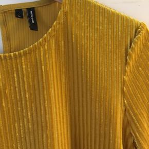Super fin gul (guld) velour t-shift. Brugt ganske få gange :-)