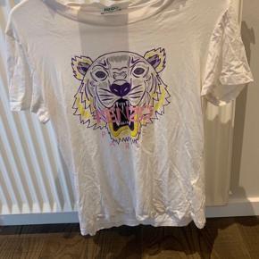 Kenzo t-shirt sælges   Str. S dog vasket et par gange og derfor krympet lidt  Der er en lille plet øverst på trøjen, men intet man lægger mærke til🌸