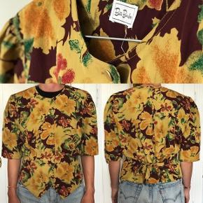 Vintage skjorte med korte ærmer. Kan bindes på ryggen. Fine detaljer og blomster.