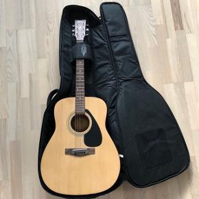 Sælger denne western guitar fra Yamaha, fordi jeg ikke for den brugt. Jeg fik den i gave for nogen år siden, derfor ved jeg ikke havd den er købt for, men jeg vil tro den har kostet omkring 1500 kr.
