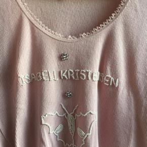 sød bluse fra isabell kristensen med sommerfugl og logo syet i perler. blusen er rosa og næsten som ny. Str. L 100 % bomuld bud fra 65 kr + evt. forsendelse  *Handel kan foregå kontant, via TS, bankkonto & Mobilepay*
