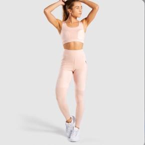 Jeg sælger mine smukke gymshark, true texture leggings i lyserød.  Det er brugt en gang, og kommer med emballagen! Jeg tager kun imod bud som er tættest på ny prisen som er 500kr☺️ Skriv endelig for flere billeder af dem!