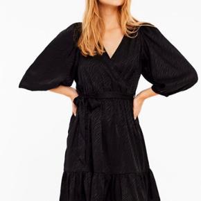 Brugt 1 gang til nytår, sælger da kjolen er for stor. Ellers er det en dejlig let kjole, med flotte detaljer