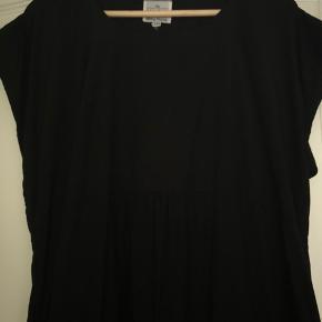 Super fin kjole aldrig brugt men vasket. Skåret under brystet, der er et elastik stykke på ryggen. Lidt ballon-agtig i underdelen. Bm ca 2x51 cm Hel længde ca 97 cm Bytter ikke