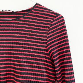 ZARA sort og rød bluse med trompet ærmer   Størrelse: M   Pris: 89 kr   Fragt: 39 kr ( 37 kr ved TS handel )