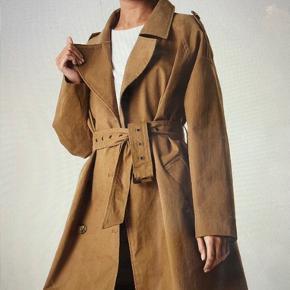 Beige trenchcoat jakke i str. 34, men passer til en 34, 36 og 38, da den er oversized. ☺️ Nypris er 650 kr.  Aldrig brugt - stadig med mærke på.