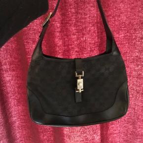 Lækker fin Gucci taske. Modellen hedder Kelly og er den mest populære taske fra Gucci igennem tiden. Den er tidløs og klassisk og passer til næsten alle outfits.