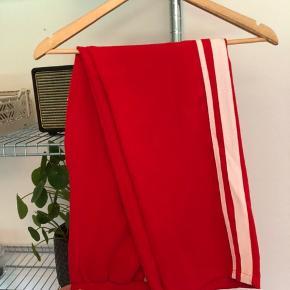 Røde bukser med hvid stribe fra project unknown   Fejler intet og fremstår som nye  Køber betaler fragt BYD :)