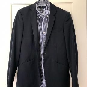 Lækkert jakkesæt fra PBO købt i 2016. Jakken har en lille plet, som et renseri vil kunne fjerne uden problemer. Nypris var omtrent 2800 kr.   Skjorten på billedet kan købes med til en samlet pris af 900 kr.