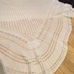 hvidt let tæppe 150x150cm. 70kr Kan hentes Kbh V eller sendes for 38kr DAO