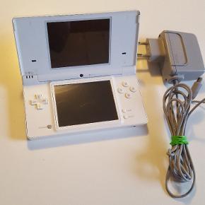 Nintendo DS med oplader. Virker perfekt.