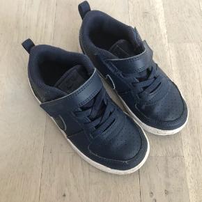Fine Nike sko til drenge str 26. Brugt et par gange med de få brugsspor det nu medfører, men vores dreng ville ikke gå med dem, så nærmest ingen slid overhovedet ud over, at man kan se de har været på.