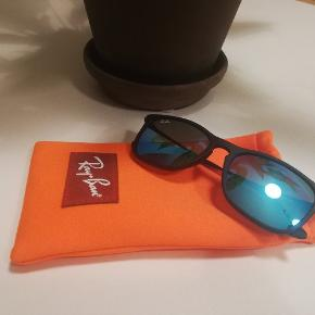 Blå lenser.  Orange bag holder medfølger.
