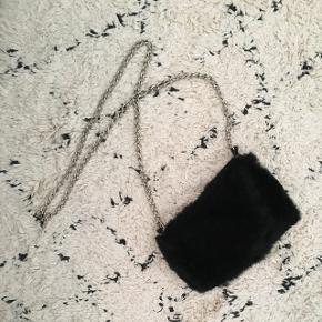 Taske i kaninpels med sølvhank - har brugt den meget få gange! Mp er 100,- ✨