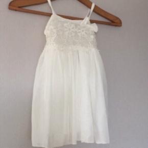 Pige kjole medhørende pandebånd  Aldrig brugt  Fast pris  Kan sendes mod gebyr  Ved køb af flere ting gives rabat