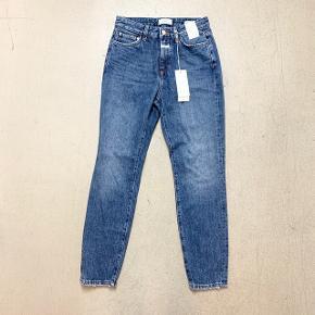 Str. 26. Måler 70 cm i skridtlængde, 70 cm i taljen og 100 cm over numsen. High waist, slim fit.