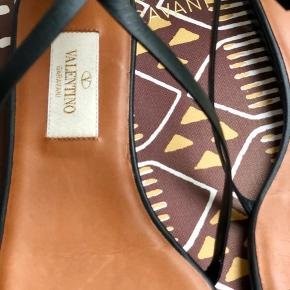 Nye smukke sandaler fra Valentino med fjer på hælen..  aldrig brugt  Nypris 8000