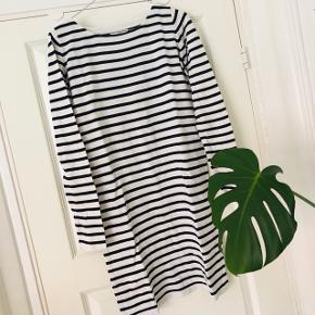 Envii kjole med sorte og hvide striber.  Kjolen er en XS, men jeg er en small og passer den fint 🌺