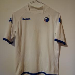 Kappa FCK trøje med Álvaro Santos.  Størrelsen står ikke i trøjen, men det er en stor børnestørrelse, så tror også den vil kunne passe en ikke så stor kvinde. Jeg vil skyde på at størrelsen er 158cm      Tags: fodbold, fodboldtrøje, fodboldtrøjer...