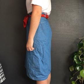 Lækker vintage nederdel. Jeg mener det er en str. Large men har selv brugt den med bælte i. Ses på en small