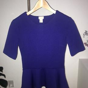 Alt sælges til priser mellem 20-50 kr. eksl. fragt - skal væk hurtigst muligt!   Produkt: Peplum bluse med t-shirt ærme Mærke: H&M  Farve: blå  Str.: 34