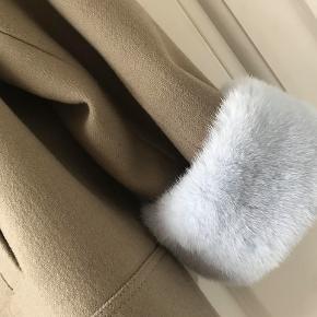 Det er en meget cool kort jakke med en lidt oversize fitting. Det er en str. s, men kan også passe m/L, grundet designet/pasformen.  Jakken er lavet i 100% Virgin uld og foret med håndtegnet print designet af ALexandra Jonsdottir. Hun beskriver selv printet som både skævt og klassisk.  Jakken har detaljer i mink, som giver det helt luksuriøse udtryk. Der er en knap i ærmet, så minkstykket kan bukkes ned  så det sidder indvendigt og kun en lille kant titter frem.    Royal short Jacket fra Oh! By Kopenhagen Fur 100% Uld og 100% mink cuffs Let oversize fit Købspris kr. 4500.-  Sender gerne for 45 kr. Kan prøves i Rungsted. Betaling mobilpay ellers tillægges tsgebyr