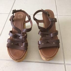Rigtig flotte god kvalitet mørkebrun blød skind læder sandaler til sommer. Str er 41 passer meget mere til mell 39-40sælges og jeg kan ikke går med høj hæle mere bruger kun fladsko fremover. Det er aldrig brugt kun mørk under sko der jeg var købt den sidste par dengang. Sælges meget billig 150kr pga har ikke plads Det er meget mere flotter end på billeder. I må godt kom forbi og prøve kigge eller kan sagtens sende hvis i selv betaler for porto og æske. Skriv tilbage hvis i interessere