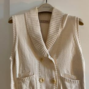 Pudder beige vest i strikket bomuld. Ingen trådudtræk eller pletter.