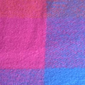 """Superlækker kvalitetsplaid i ren ny uld og flotte klare farver.  Dansk design """"Safari""""  225×130 cm  Sender gerne i Tradonohandel  Sælger et lignende tæppe også. Se mine andre annoncer. Begge kan købes for 300,-"""