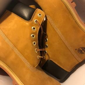 Helt nye Timberland støvler, aldrig brugt og med speciel imprægnering.  Kan hentes på Hillerødgade for 1000 kr.