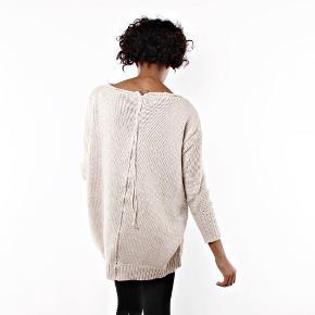 Acne Studios Shore sweater, oversize, ren bomuld. Lynlås i ryggen.