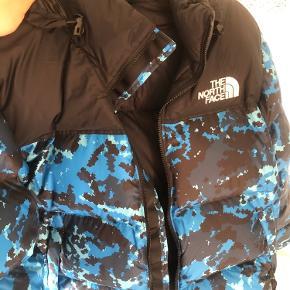 Sælger denne North Face jakke, da den er for lille til mig. Den er kun prøvet på, der er stadig tags på og kvitteringen kan fremvises hvis dette ønskes.  Jakken sælges for 1700kr, modtager ikke bud under. Normalpris 2100kr, spar 500kr ved at købe den her.  Skriv en besked for ydeligere spørgsmål.