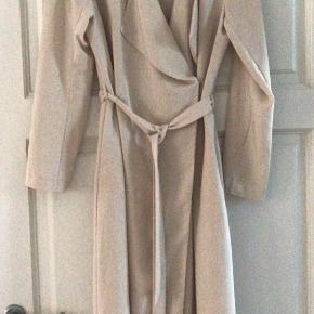 Lang blødt og tyndt stof cardigan/ frakkekjole uden for med 2 indvendige sidelommer og bindebælte samt en enkelt knap til at lukke med ved brystet  Slids bagpå Ca 117 cm lang