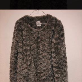 Fin frakke i pels. Det første billede er af jakken (det andet billedet er blot for at vise den reelle farve - og er blot er billedet fra nettet)