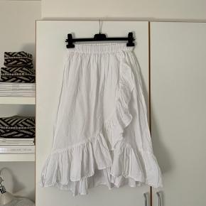 Sælger denne fine hvide nederdel med frynser fra ASOS☺️