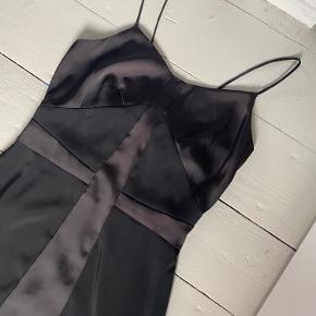 Super smuk sort kjole i satinlignende stof 🖤 perfekt pasform, smukke detaljer og tynde stropper. Brugt få gange. Er dog blevet syet ved den ene strop foran. Sælges for min veninde, og det er derfor ikke muligt at tage billeder med den på 💃🏻 Den perfekte lille sorte 😍 str. 36.   Bemærk - afhentes i 8210 eller sendes med dao. Bytter ikke 🌸   ♻️  HM h&m kjole sort figursyet kort