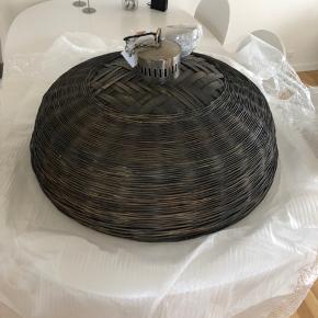Lampe sælges. Aldrig brugt. Fejlkøb.  Nypris 1500kr. 80 cm i diameter.