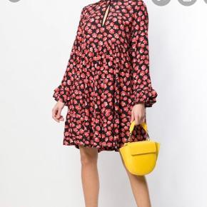 Rigtig fin ganni kjole, brugt nogle gange men ingen huller eller lignende. Bytter gerne til en magen til i str 36. 🤗 100% viskose.  Befinder sig i Aalborg. 😊