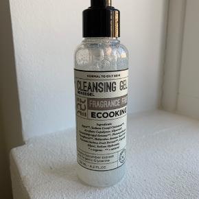 Ny uåbnet Cleansing gel i 125 ml størrelse.   Ecooking skriver om produktet at det er en mild rensegele til normal eller kombineret hud. Indeholder cucumber extract & organic glycerin.   Pris for 200 ml er 189 kr.